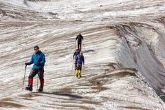 Alpinisti che camminano attraverso il grande ghiacciaio Fotografie Stock Libere da Diritti