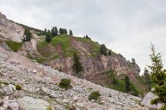 Alpinisti che camminano sul percorso sopra la sezione di Dibona, un sito geologico importante del gruppo della montagna di Tofana immagine stock libera da diritti