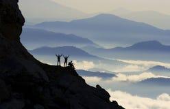 Alpinisti che celebrano salita della sommità Immagini Stock Libere da Diritti