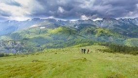 Alpinisti che esaminano temporale Fotografie Stock Libere da Diritti