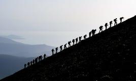 Alpinisti che fanno un'escursione in salita Immagini Stock Libere da Diritti