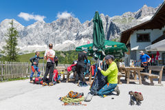 Alpinisti che preparano la loro attrezzatura per arrampicarsi in Austria Immagini Stock Libere da Diritti