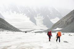 Alpinisti che riposano su un ghiacciaio Immagini Stock
