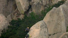 Alpinisti che scalano alla roccia di Ulsanbawi Montagna nel parco nazionale di Seoraksan, Corea del Sud video d archivio