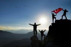 Alpinisti con la bandiera del turco Fotografia Stock Libera da Diritti