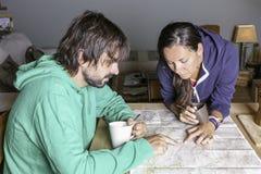 Alpinisti con una mappa Immagine Stock Libera da Diritti