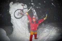 Alpinisti e una bicicletta per il nuovo anno su Goverla Immagine Stock