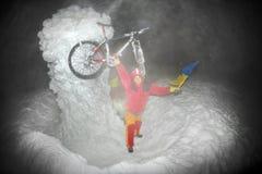 Alpinisti e una bicicletta per il nuovo anno su Goverla Fotografia Stock