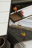 Alpinisti miniatura che arrampicano gli archivi dell'ufficio Immagine Stock