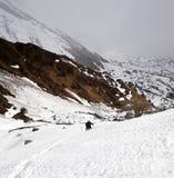 Alpinisti nelle montagne di Snowy Fotografie Stock Libere da Diritti