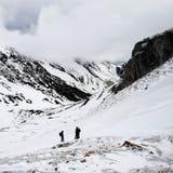 Alpinisti nelle montagne 4 di Snowy Fotografie Stock