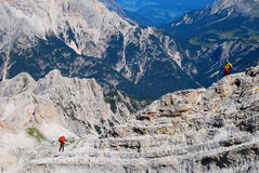 Alpinisti sopra via il ferrata in montagne delle dolomia Fotografia Stock