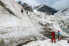 Alpinisti su neve e su ghiaccio Immagine Stock