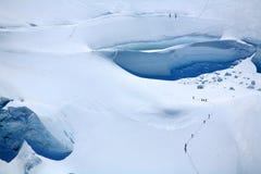 Alpinisti su un ghiacciaio Fotografie Stock
