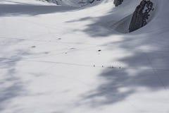 Alpinisti sul giacimento di ghiaccio alla base di Mont Blanc Immagini Stock