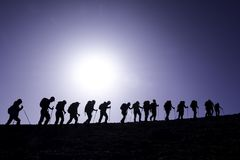 Alpinisti sul pendio di collina Immagini Stock Libere da Diritti