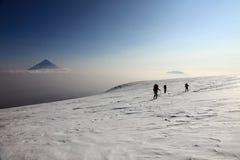 Alpinisti sulla cima del vulcano di Ploskiy Tolbachik Immagini Stock