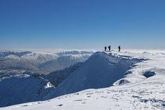 Alpinisti sulla sommità nevosa Fotografia Stock Libera da Diritti