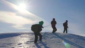 Alpinistlag i vinter ner rep fr?n berget brunn-koordinerad teamworkturism i vinter Handelsresande stiger ned förbi stock video