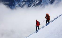 alpinists som stiger ned Royaltyfria Bilder