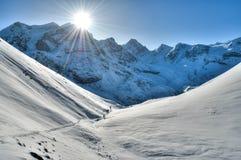Alpinisttrekking in den hohen mountans im Himalaja Lizenzfreies Stockfoto