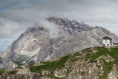 ` Alpino de Auronzo do ` da cabana das dolomites, cumes europeus, Itália imagens de stock royalty free