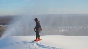 Alpino snowboarded ejecuta un peligroso desciende metrajes