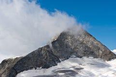 Alpint berg och dimmig oklarhet Arkivbild