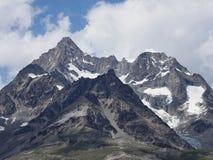 Alpint berglandskap i schweiziska fjällängar på Schweiz Fotografering för Bildbyråer