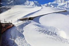 Alpint fjällängberglandskap på Jungfraujoch Arkivfoton