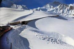 Alpint fjällängberglandskap på Jungfraujoch Royaltyfri Bild