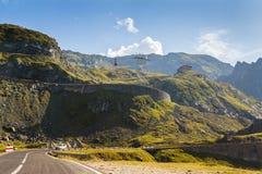 Alpint huvudväglandskap Arkivbild