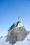 Alpint kapell mot en djupblå himmel II Arkivfoto