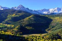 Alpint landskap av Colorado under lövverk Arkivbild