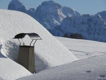 Alpint landskap av dolomitesna med sn? Trentino royaltyfri bild