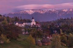 Alpint landskap för höst, alpin by med imponerande föreställningträdgårdar och höga snöig berg i bakgrund nära kli Royaltyfri Fotografi