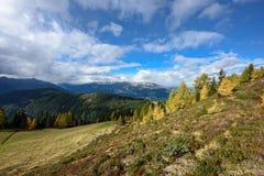 Alpint landskap för höst som sett från Goldeck den panorama- vägen _ Arkivfoto