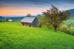 Alpint landskap för sommar nära Brasov, Transylvania, Rumänien, Europa arkivfoto