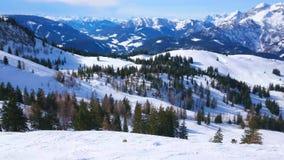 Alpint landskap för vinter från den Zwieselalm monteringen, Gosau, Österrike stock video