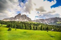 Alpint landskap i Dolomites arkivbild