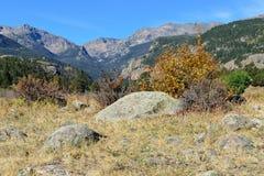 Alpint landskap i nedgångsäsongen Arkivbild