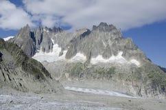 Alpint landskap med berg Royaltyfri Fotografi