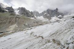 Alpint landskap med berg och glaciären Royaltyfri Bild