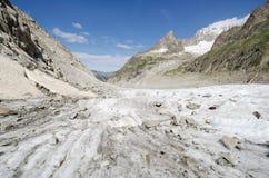 Alpint landskap med berg och glaciären Arkivfoton