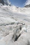 Alpint landskap med den spruckna glaciären Royaltyfria Bilder