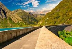 Alpint landskap på den italienska sidan arkivfoto