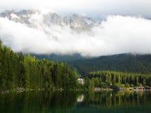 Alpint landskap på sjön Eibsee med den Zugspitze massiven Royaltyfri Bild