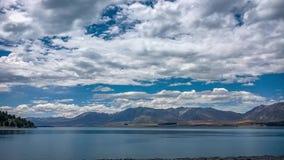 Alpint landskap på sjön Tekapo med att hypnotisera fördunklar arkivfilmer