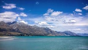 Alpint landskap på sjön Wakatipu med att hypnotisera moln lager videofilmer