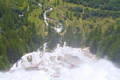 Alpint landskap, vattenfall Arkivbild